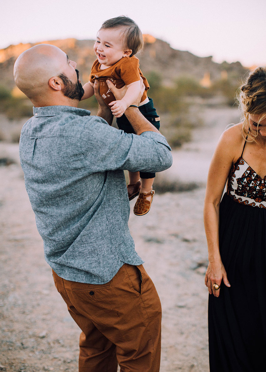 baby giggles with dad for this adorable fall family photo session | thelovedesignedlife.com