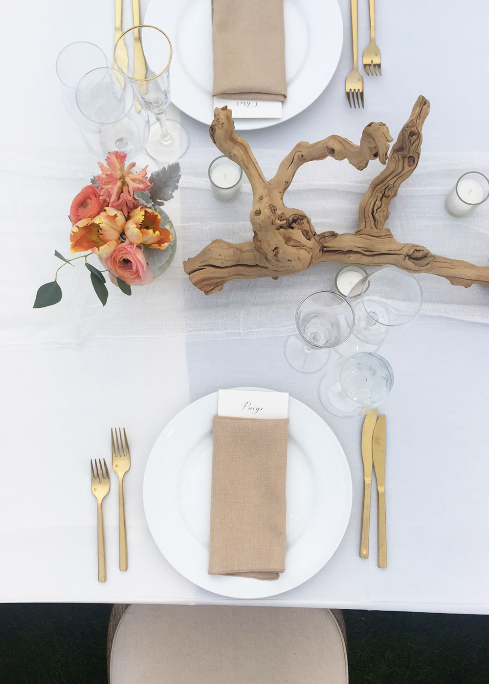 simple and elegant wedding place setting in palm springs | thelovedesignedlife.com