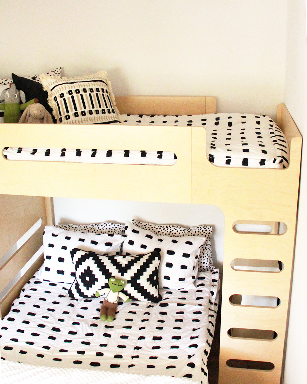 we love our new beddy's bedding that zips up easy to make! perfect for the boy's new bunk beds! | thelovedesignedlife.com