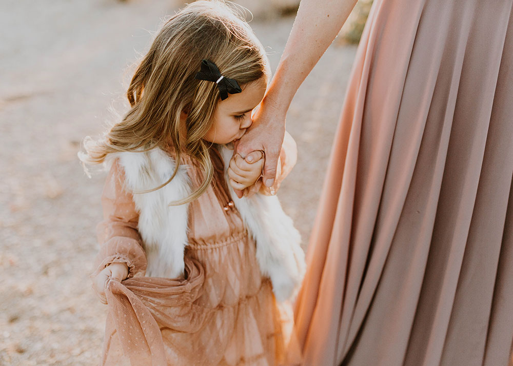 this tender moment of a little girl kissing her mama's hand. #familyphotos #motheranddaughter | thelovedesignedlife.com