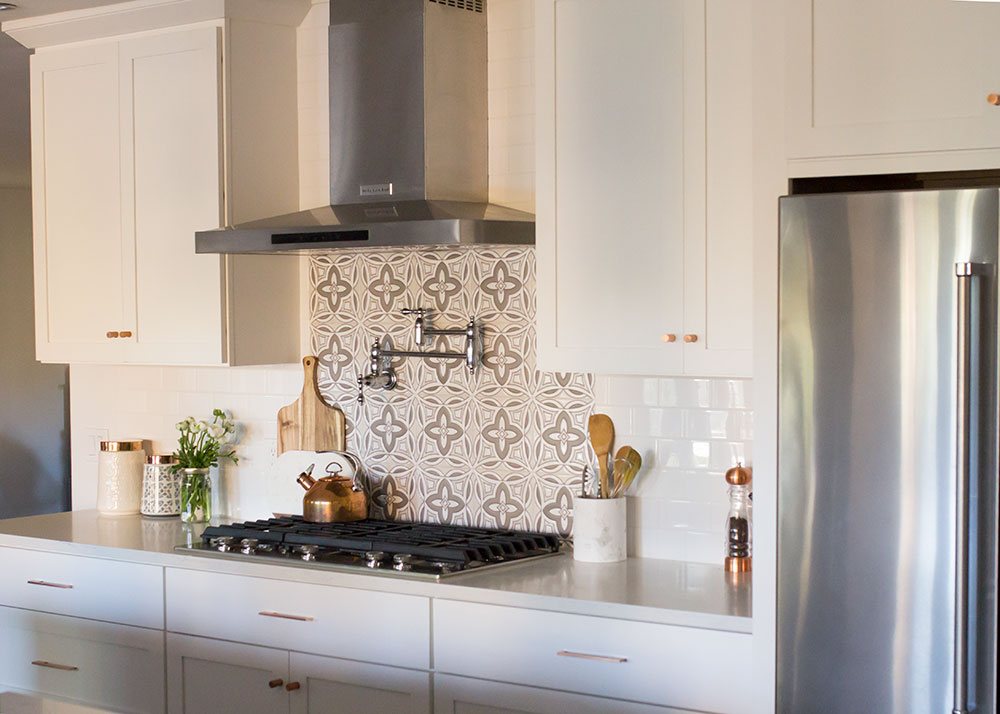 loving this kitchen tile backsplash | thelovedesignedlife.com