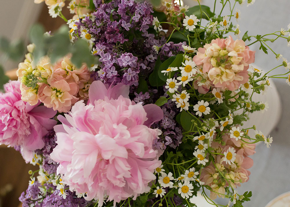 gorgeous flowers you can arrange yourself for a mother's day luncheon | thelovedesignedlife.com #flowers #florals #peonies