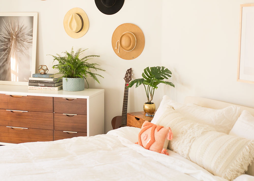 love the mid-century modern dresser in this master bedroom reveal | thelovedesignedlife.com #mcm #midcenturymodern #vintagefurniture #masterbedroom