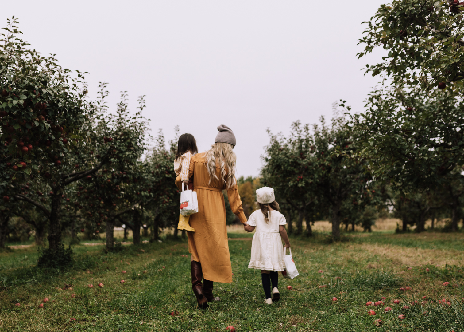 apple picking in south dakota | thelovedesignedlife.com #fallfun #applepicking #funwithkids #seasonsofsodak
