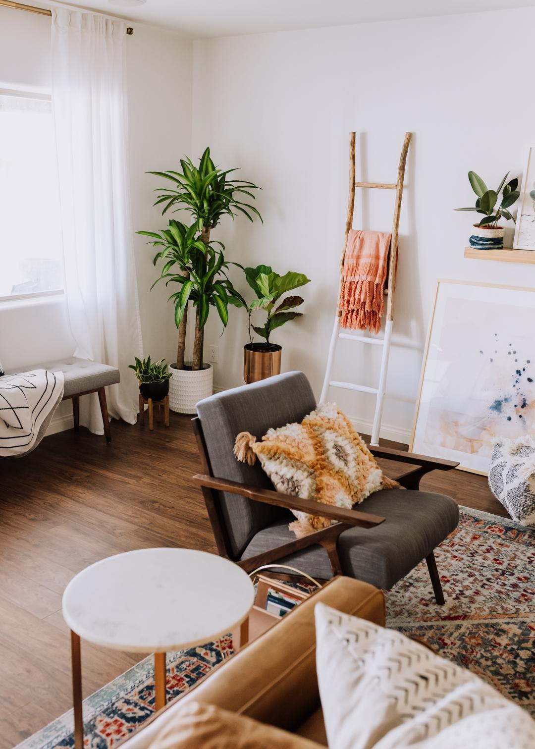pretty modern boho living room | thelovedesignedlife.com #livingroom #midcenturymodern #bohomodern