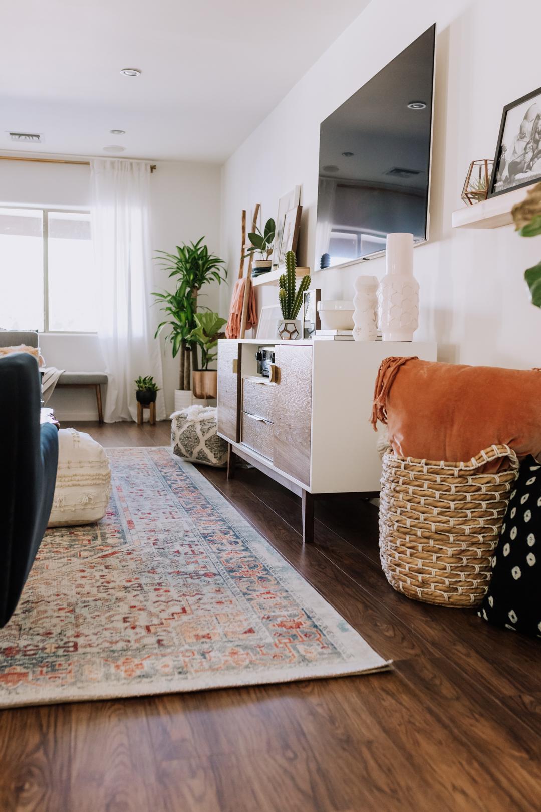 pretty living room update in mid century modern boho | thelovedesignedlife.com #midcenturymodern #boho #livingroom #homedecor #interiordesign