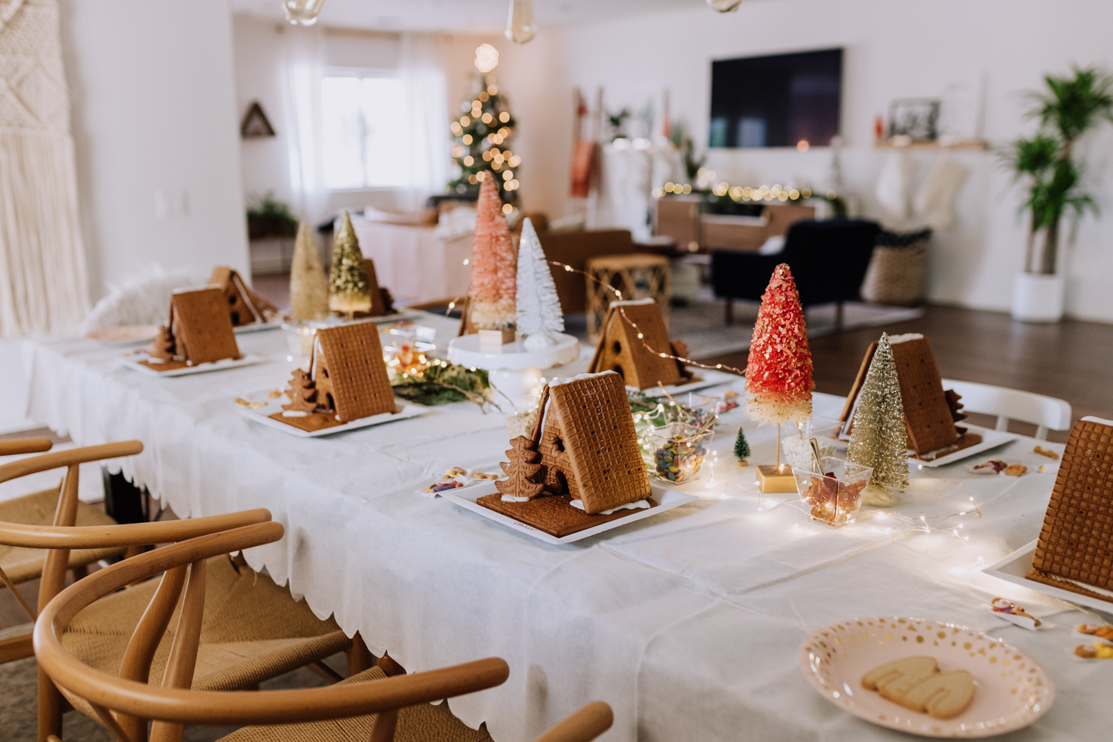 the table all set and ready to go! | thelovedesignedlife.com #gingerbreadhouse #holidayparty #kidparty #christmas