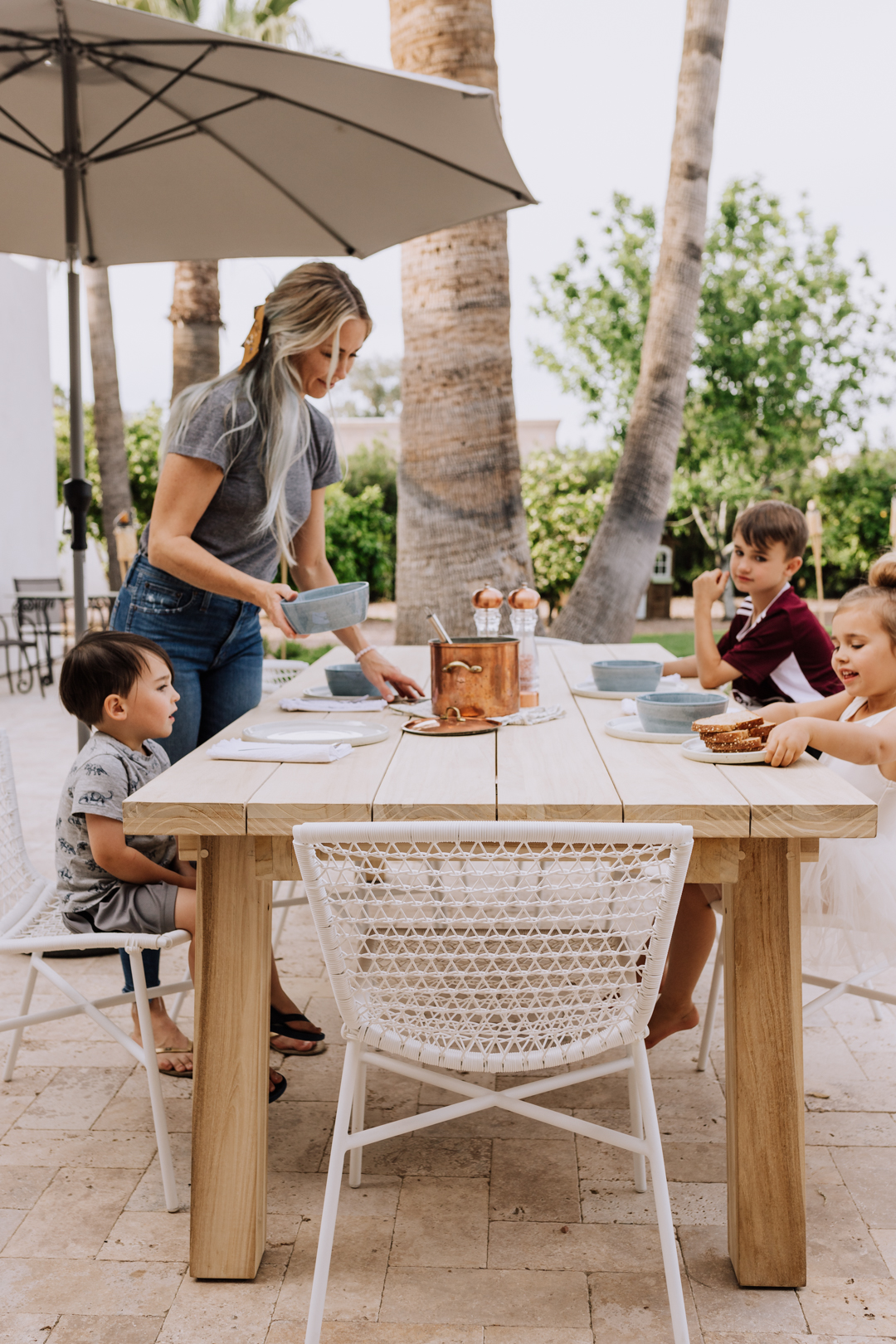 eating dinner al fresco is where it's at in the spring in arizona! | thelovedesignedilf.com #outdooreating #spendidspoon #familydinner