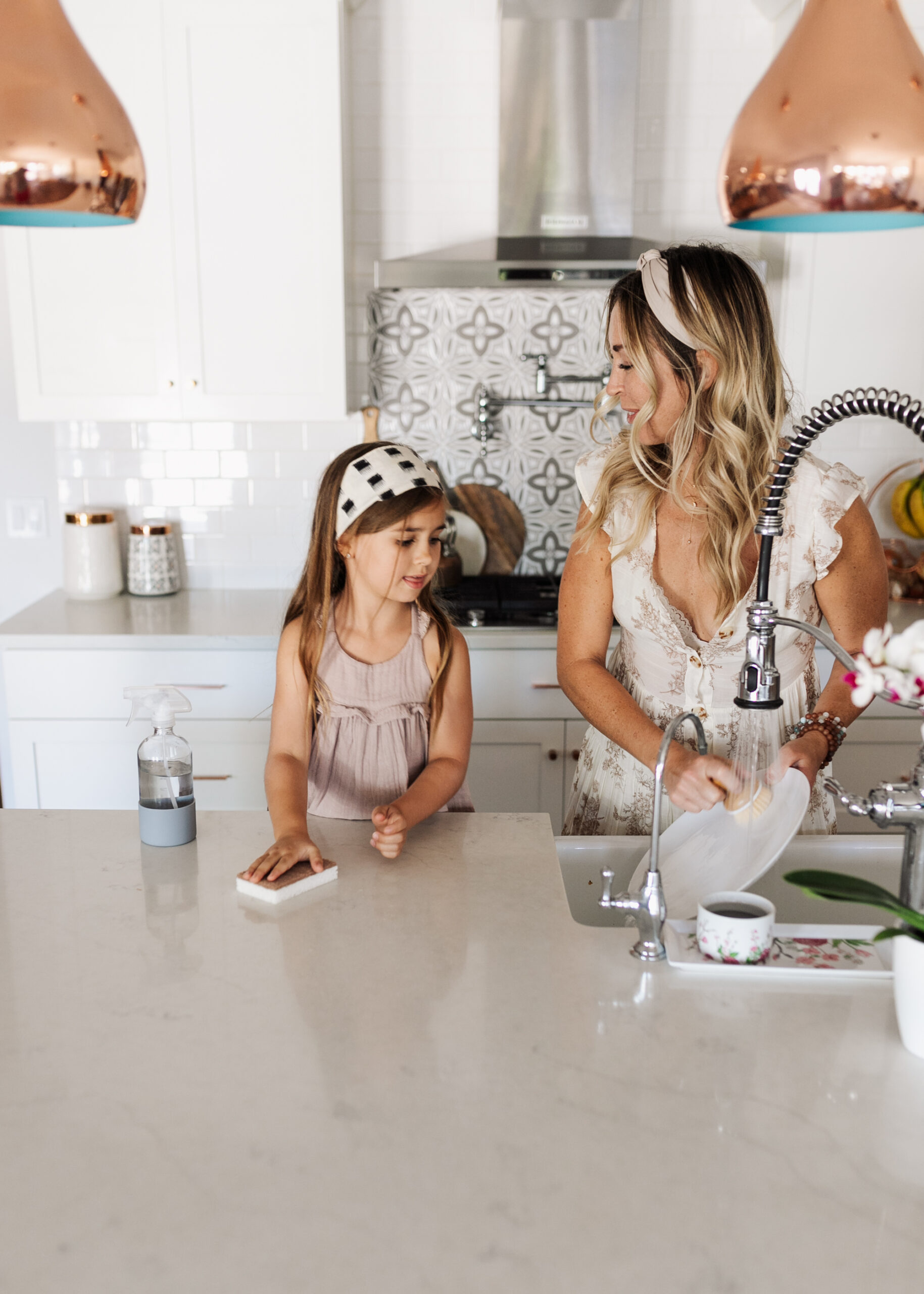doing dishes and cleaning the kitchen with our favorite sustainable cleaning supplies from Grove Collaborative. #springcleaning #motherdaughter #mommyandme #groveco #kitchen