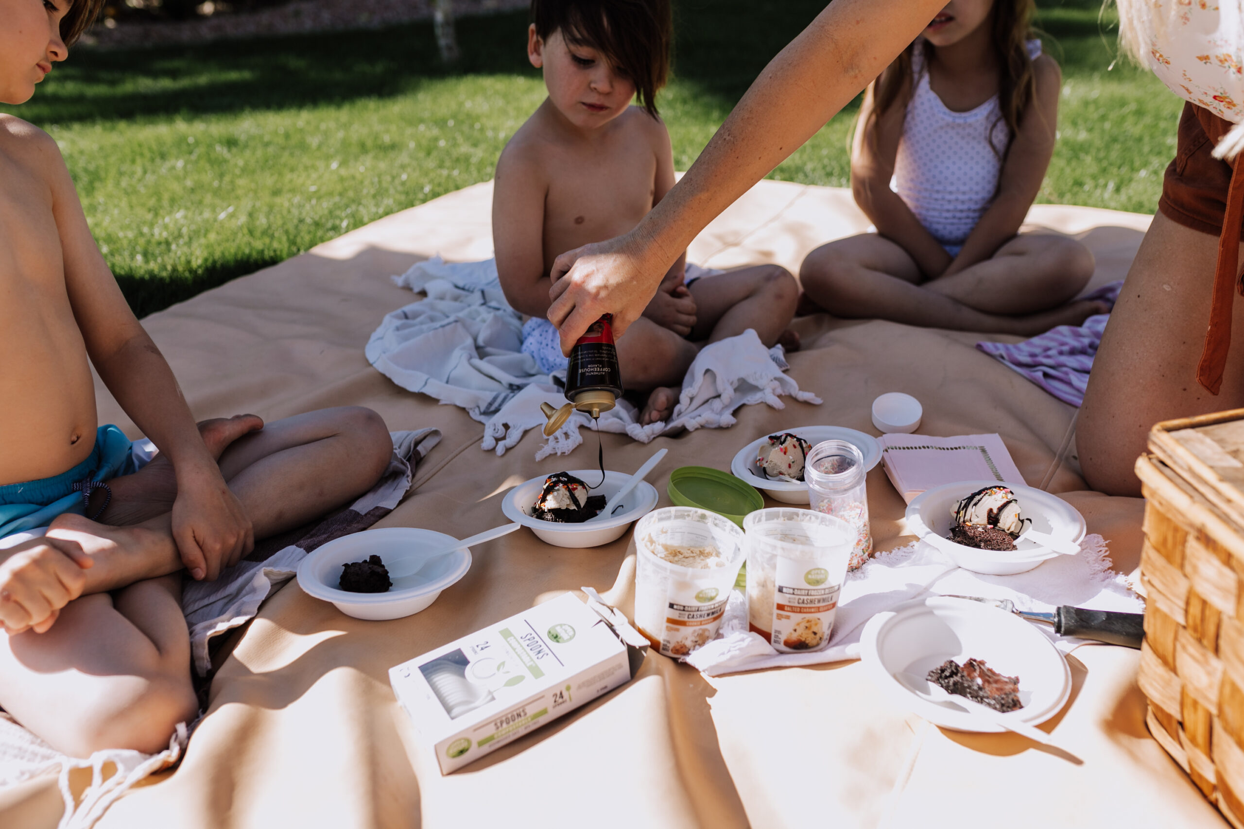serving up gluten and dairy free sundaes in our backyard. #sundaesonsuday #backyardpicnic #icecreamsundaes
