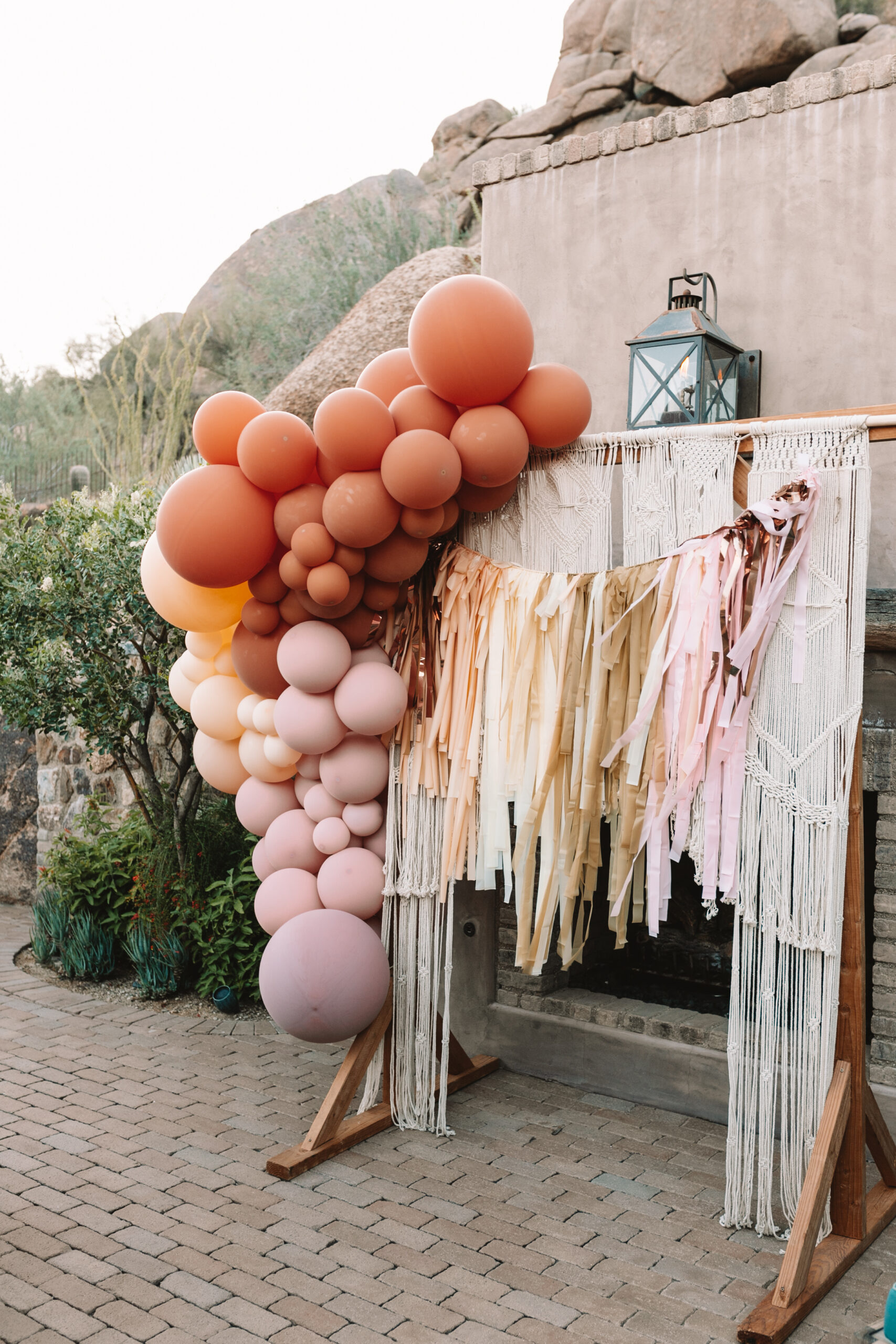 obsessed with how this photo backdrop game together! #partydecor #bohobabyshower #desertbabyshower #theldlparty #partiesandcelebrations #glamfete