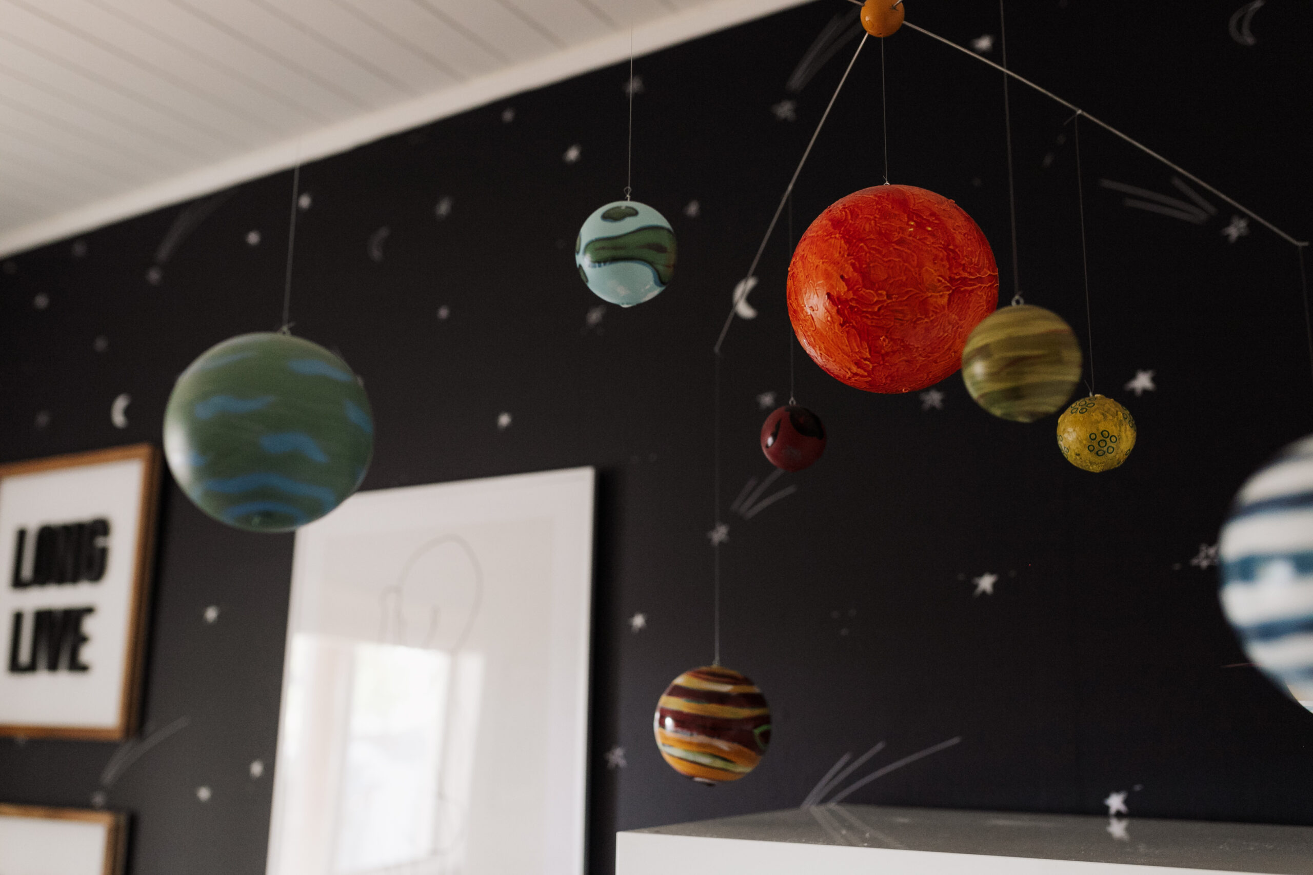 I love how this planet mobile adds to the space theme in this bedroom #theldlhome #spaceroom #toinfinityandbeyond
