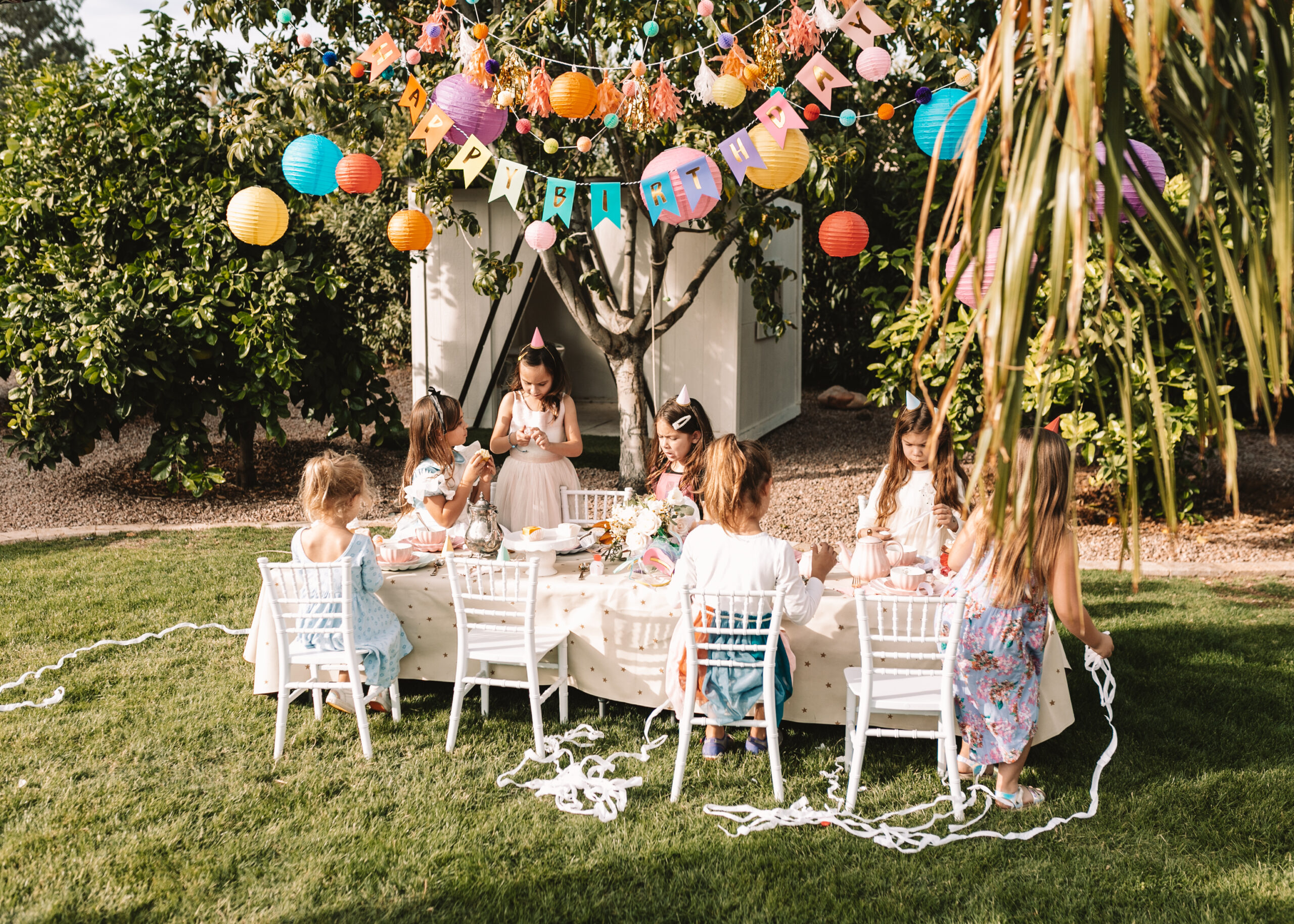 opening their surprise balls for this very merry unbirthday party! #thelovedesignedlife #birthdayparty #birthdaypartyideas