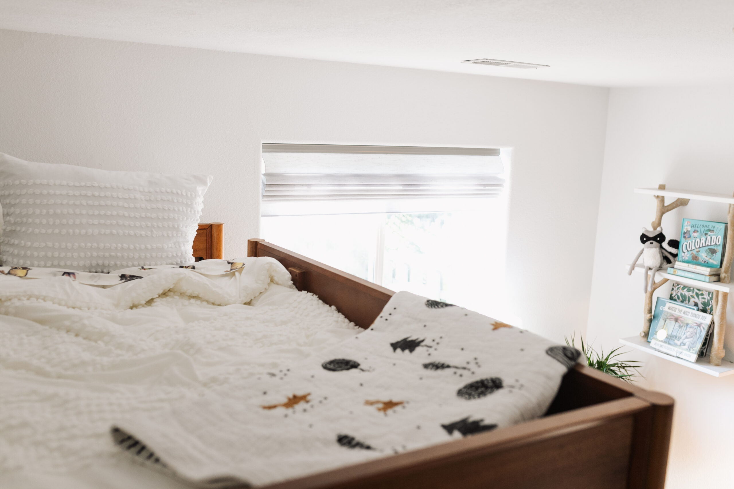 this crisp white bedding is not only gorgeous, but also safe and organic for tiny guests to sleep in. #modernmountainhome #organicbedding #sleepsafe